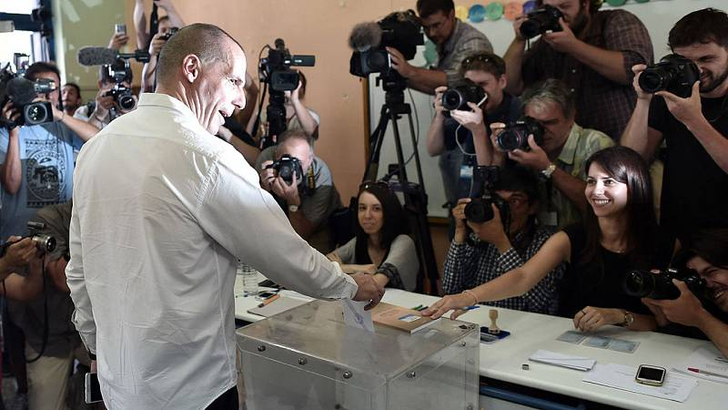 El ministro de Finanzas griego, Yanis Varoufakis, vota en Atenas