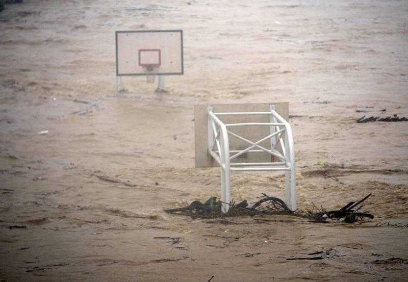 El río Jingmei inunda unas canchas de baloncesto en Taipei desbordado por las lluvias del tifón Soudelor.