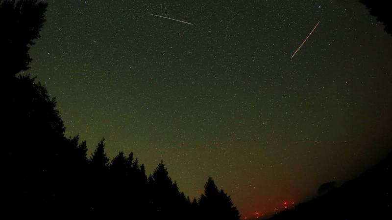 Fotografía con larga exposición que muestra un meteoro cruzando el cielo hoy, miércoles 13 de agosto de 2015, sobre Gemuend (Alemania).