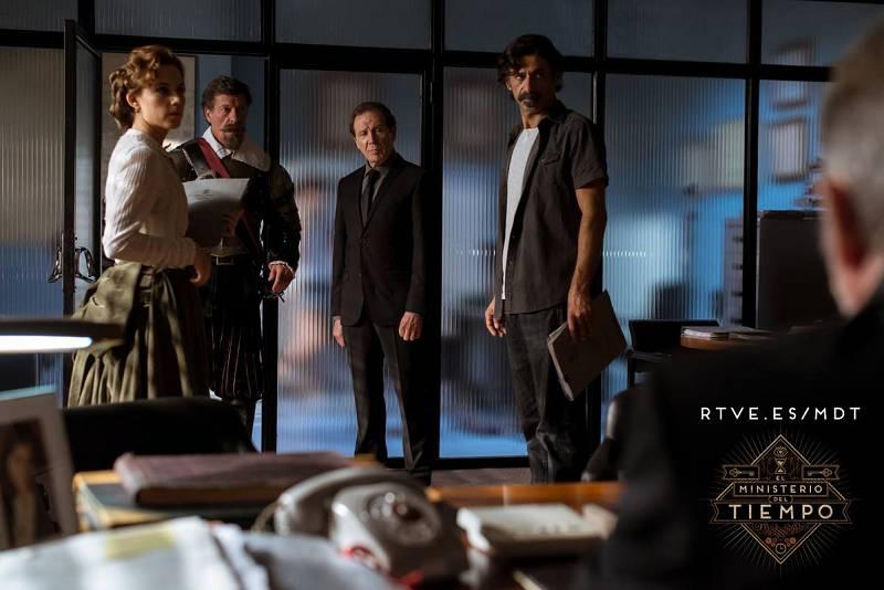 De izquierda a derecha: Aura Garrido, Ramón Langa, Juan Gea y Nacho Fresneda en el rodaje de 'El Ministerio del Tiempo'