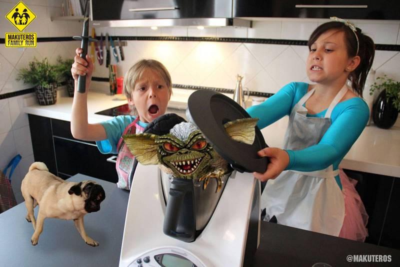 Candela y Mateo cocinando