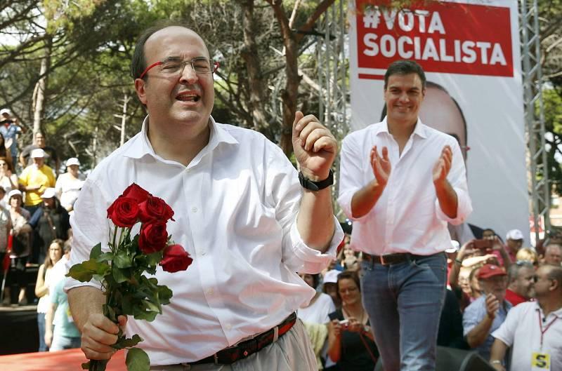 Miquel Iceta baila en la Fiesta de la Rosa, celebración anual de los socialistas catalanes en Gavà (Barcelona), en presencia del secretario general del PSOE, Pedro Sánchez.