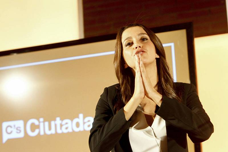 La candidata de C's a la presidencia de la Generalitat, Inés Arrimadas, pide disculpas a los asistentes que no han podido entrar a un acto de campaña celebrado en Terrassa.