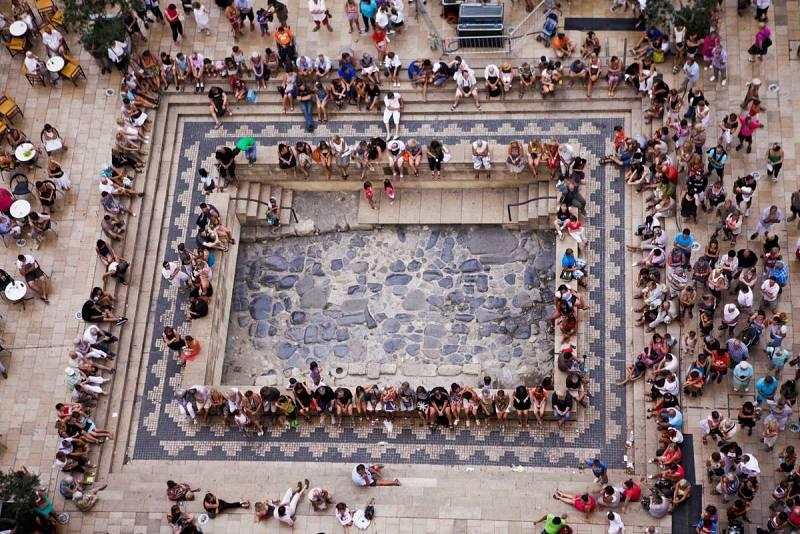 Un trozo de la Via Domitia preservado en el centro de la Plaza del Ayuntamiento.
