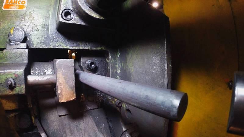 Para fabricar una llave inglesa se cortan barras de metal
