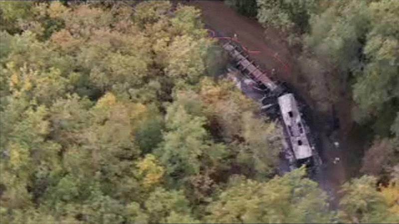 El camión y el autobús han chocado y se han incendiado en una carretera cerca de Puisseguin, en La Gironda. Esta imagen tomada por un helicóptero de TF1 muestra los restos de los vehículos. Fuente: TF1