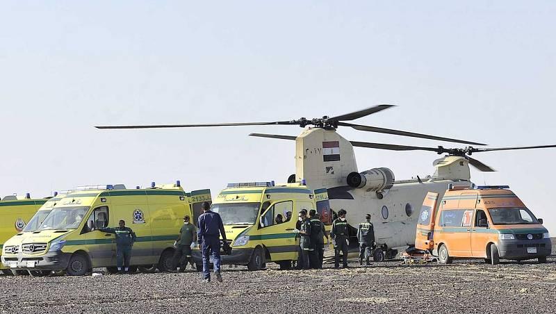 Soldados equipos y los equipos de rescate trasladan los cadáveres de las víctimas del accidente de avión.