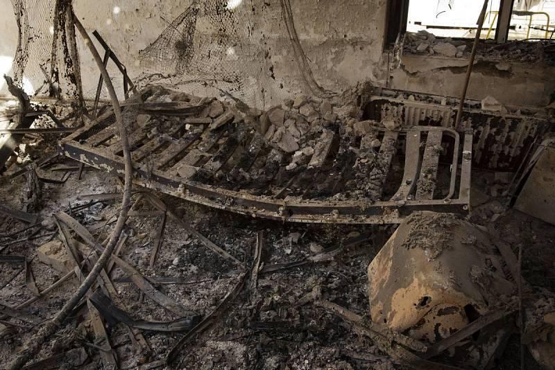 Restos de las estructuras de hierro de las camas en las ruinas del hospital