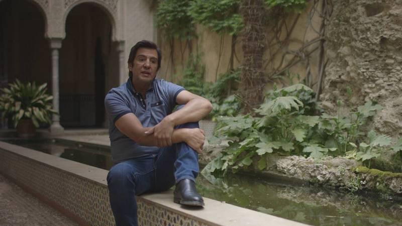 En los patios de la Alhambra granadina, el cantante Manolo Tena responde a la entrevista del documental