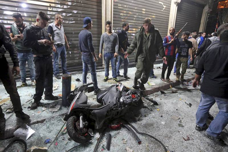 Una motocicleta tirada en el suelo instantes después del doble atentado suicida en Beirut