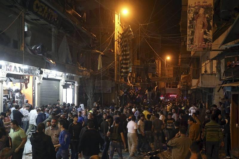 Residentes del barrio de Beirut donde han dos terroristas han hecho estallar su carga inspeccionan la zona
