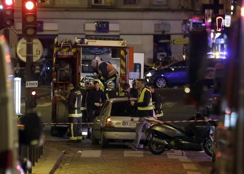 Equipos de emergencias atienden a los heridos en los atentados en París