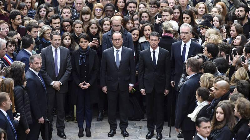 El presidente francés, François Hollande (c); el primer ministro, Manuel Valls (d), y la ministra de Educación, Najat Vallaud-Belkacem (i), guardan un minuto de silencio en la Universidad de la Sorbona.