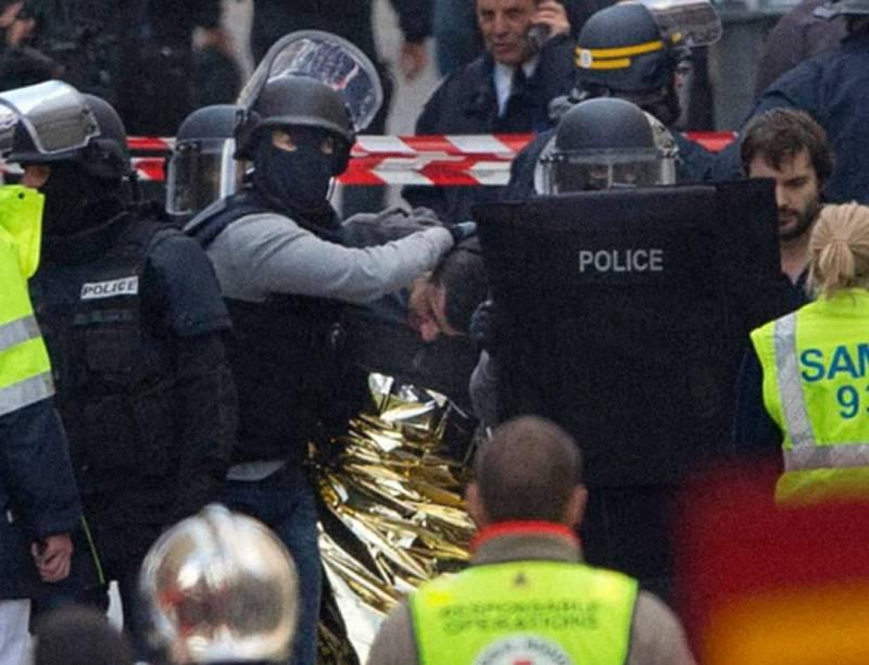 Al menos 7 personas han sido detenidas y dos han resultado muertas durante la operación en el centro de Saint Denis para dar con el presunto autor intelectual del atentado de París del viernes 13 de noviembre. Imagen de uno de los detenidos siendo