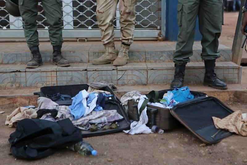 Soldados de Mali muestran granadas y otros enseres de los jihadistas frente al hotel Radisson