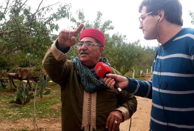 Am Gadour, guía cultural de Zaghouan, conversa con Álvaro Soto.