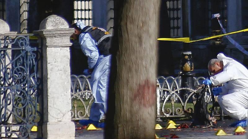 La policía forense inspecciona el lugar del atentado en Estambul.