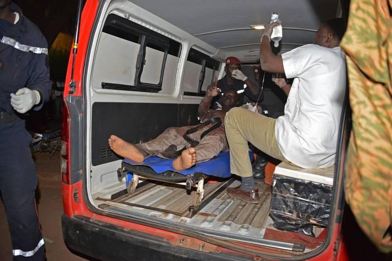 Un hombre herido en el hotel recibe asistencia médica