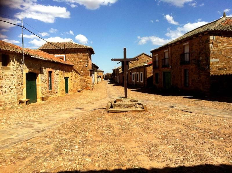 El Crucero y la calle Real de Castrillo