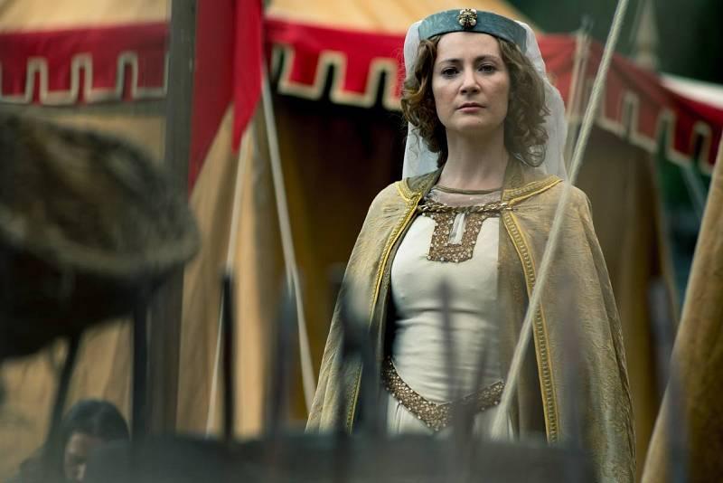 Jimena se da cuenta de las sospechas de Amelia y avisa a El Cid.