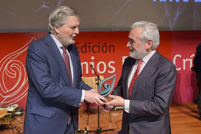 Dario Villanueva recibe el premio de manos del ministro de Cultura en funciones Íñigo Méndez de Vigo.