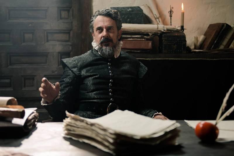 Miguel de Cervantes con el manuscrito de 'El Quijote'