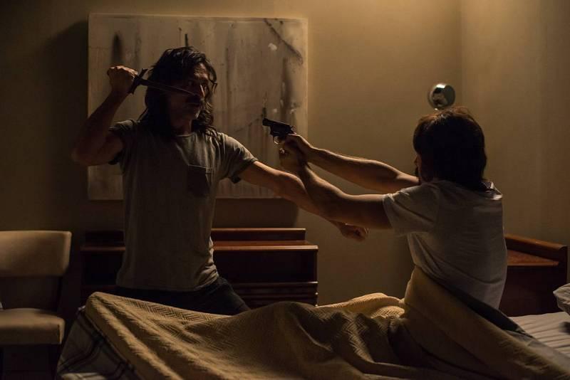 Alonso y Pacino, que viven juntos, se apuntan con una pistola y un cuchillo.