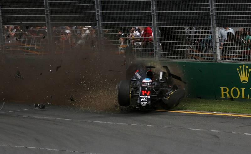 Alonso chocó contra la protección tras el accidente contra Gutiérrez.