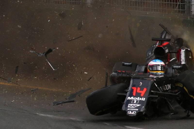 El McLaren de Alonso sale despedido tras chocar contra el Hass de Esteban Gutiérrez.