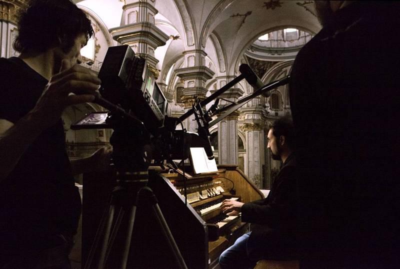Fotografiando el órgano durante el rodaje de 'El arquitecto de Nueva York'