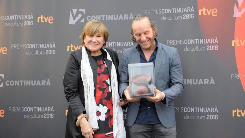 Montse Mompó, periodista de TVE a Catalunya i artífex dels Premis Continuarà ha entregat el premi al dissenyador Custo Dalmau, guardonat per la seva projecció internacional