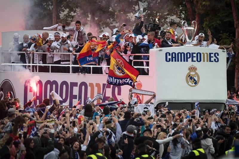 Los jugadores se dirigen a la Cibeles en un autobús descapotable con la Copa de Europa