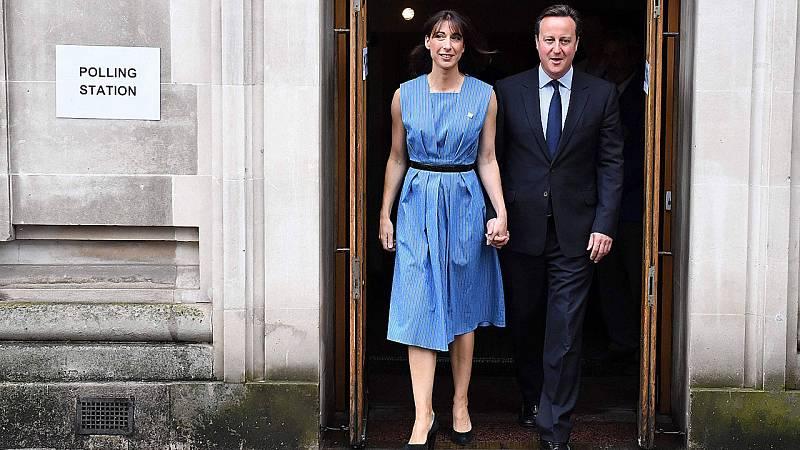 El primer ministro británico, David Cameron, ha sido el primer líder en votar, junto a su esposa, en el referéndum del Brexit.