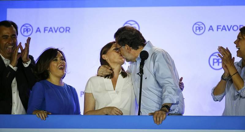 Rajoy besa a su mujer en el balcón de Génova