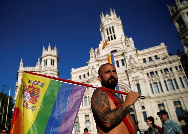 Miles de personas participan en la marcha del Orgullo LGTB de Madrid