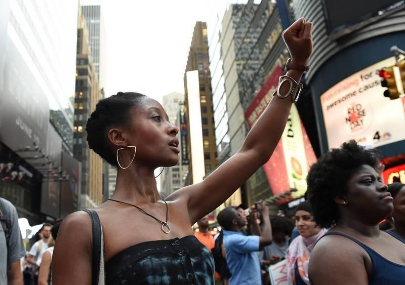 Una mujer levanta su puño en Nueva York contra las muertes de Alton Sterling y Philandro Castile a manos de la policía.