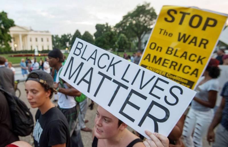 """""""Las vidas negras importan"""", reza uno de los carteles de los manifestantes frente a la Casa Blanca, en Washington."""