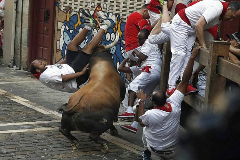 Un toro de Cebada Gago embiste a un mozo en la curva de Mercaderes