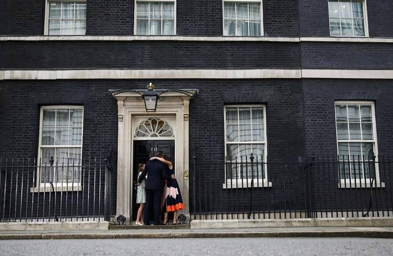 David Cameron deja Downing Street junto a su familia