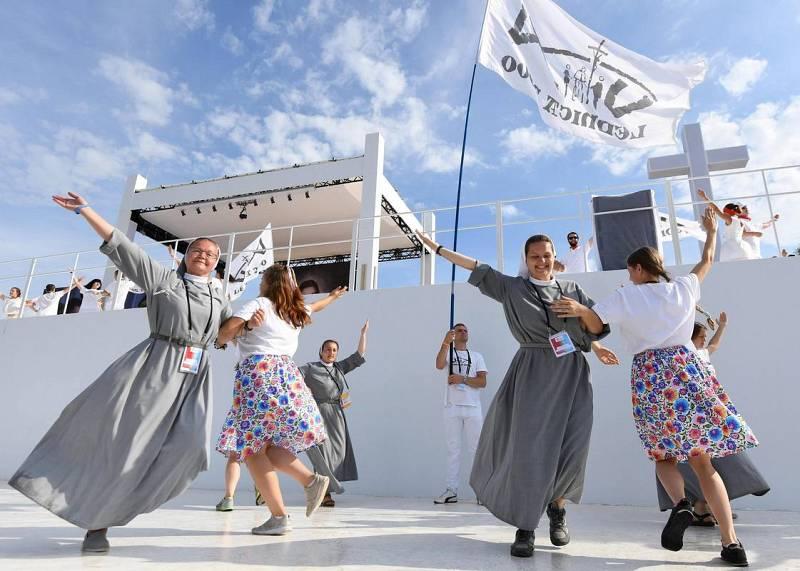 Varias religiosas bailan antes de la misa del papa en Cracovia
