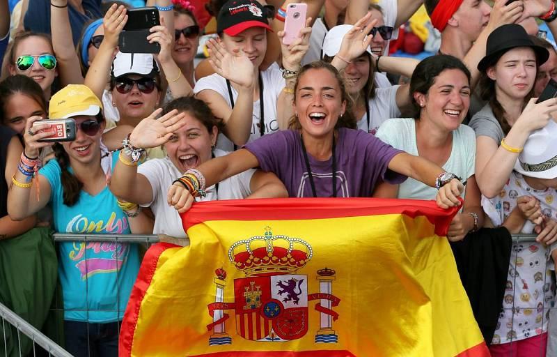 Jóvenes con la bandera de España reciben al papa Francisco en Cracovia