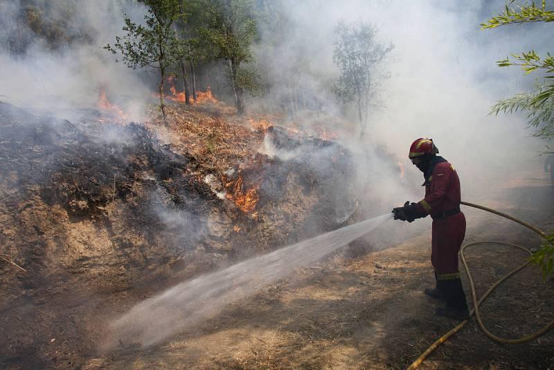 Los incendios que amenazan a núcleos de población se reducen a dos en Galicia