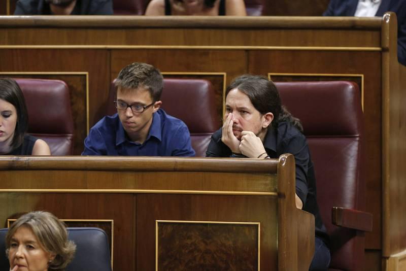 El secretario general de Podemos, Pablo Iglesias, y el portavoz parlamentario, Iñigo Errejón
