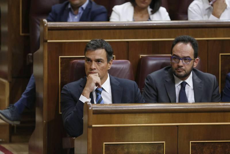 El secretario general del PSOE, Pedro Sánchez, y Antonio Hernando, portavoz parlamentario