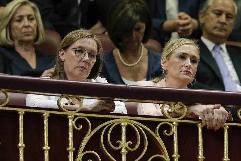 Elvira Fernández, esposa del presidente del Gobierno en funciones, Mariano Rajoy, acompañada de la presidenta de la Comunidad de Madrid, Cristina Cifuentes