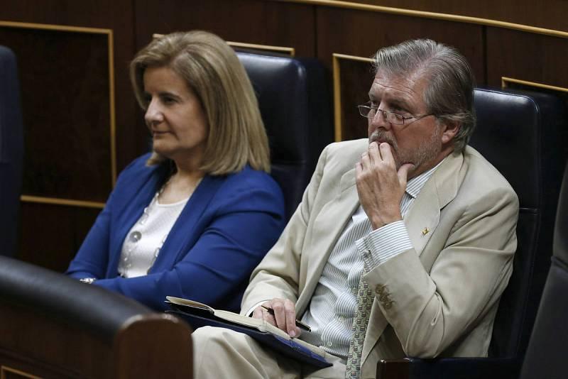 Los ministros en funciones de Empleo y Sanidad y Asuntos Sociales, Fátima Báñez, y de Educación y Cultura, Iñigo Méndez de Vigo, durante el discurso de investidura