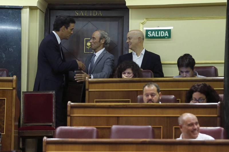 El líder del PSOE, Pedro Sánchez, saluda a Cipriá Ciscar en presencia de Edón Elorza