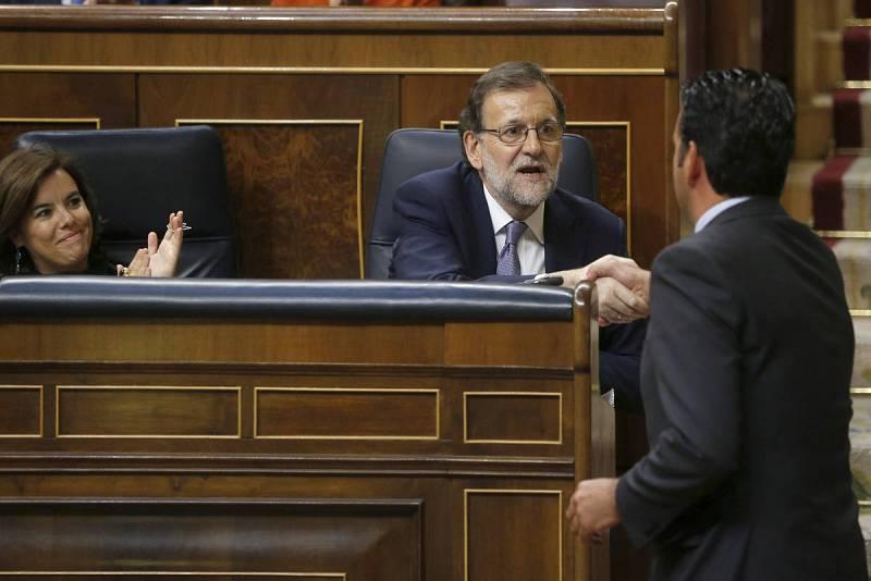 El portavoz de UPN, Íñigo Jesús Alli, saluda al líder del PP, Mariano Rajoy