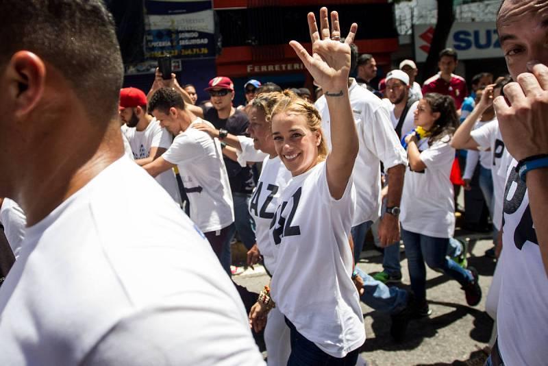 Lilian Tintori, esposa del líder venezolano Leopoldo López junto a miles de personas participa en una manifestación en Caracas