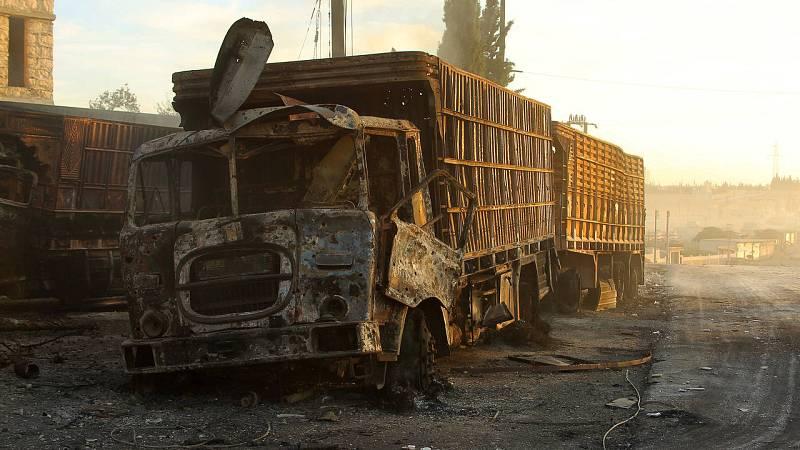 Camiones destruidos en el ataque al convoy con ayuda humanitaria en Alepo